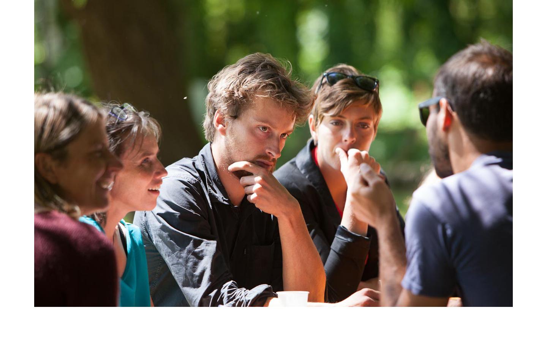 photographie d'une réunion de personnes discutant