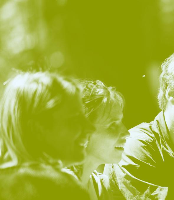 photographie de 3 personnes, dont deux rigolant. Un voile vert a été ajouté à la photo