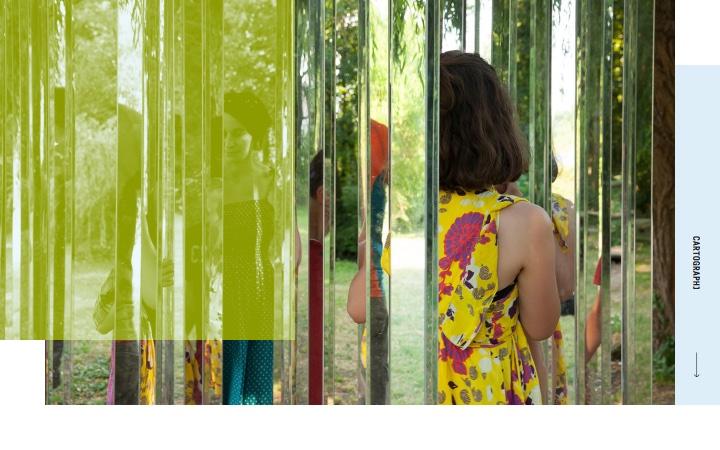 photographie de personnes dans une oeuvre aux grands poteaux en verre