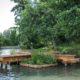 photographie du ponton-potager, au carrés de culture flottant dans l'eau de l'étang