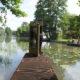 photographie d'une cabine téléphonique anglaise jaune sur un ponton amenant directement sur l'eau. Deux personnes sont à l'intérieur