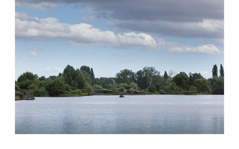 photographie d'une vue des Hortillonnages, étang de Clermont avec une barque au milieu