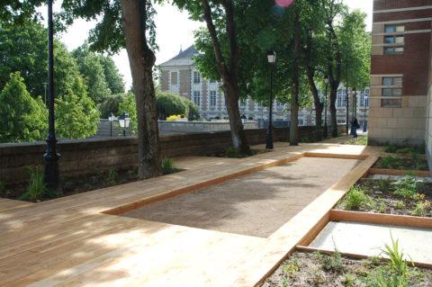 photographie d'une terrasse en bois avec un terrain de jeu de quilles