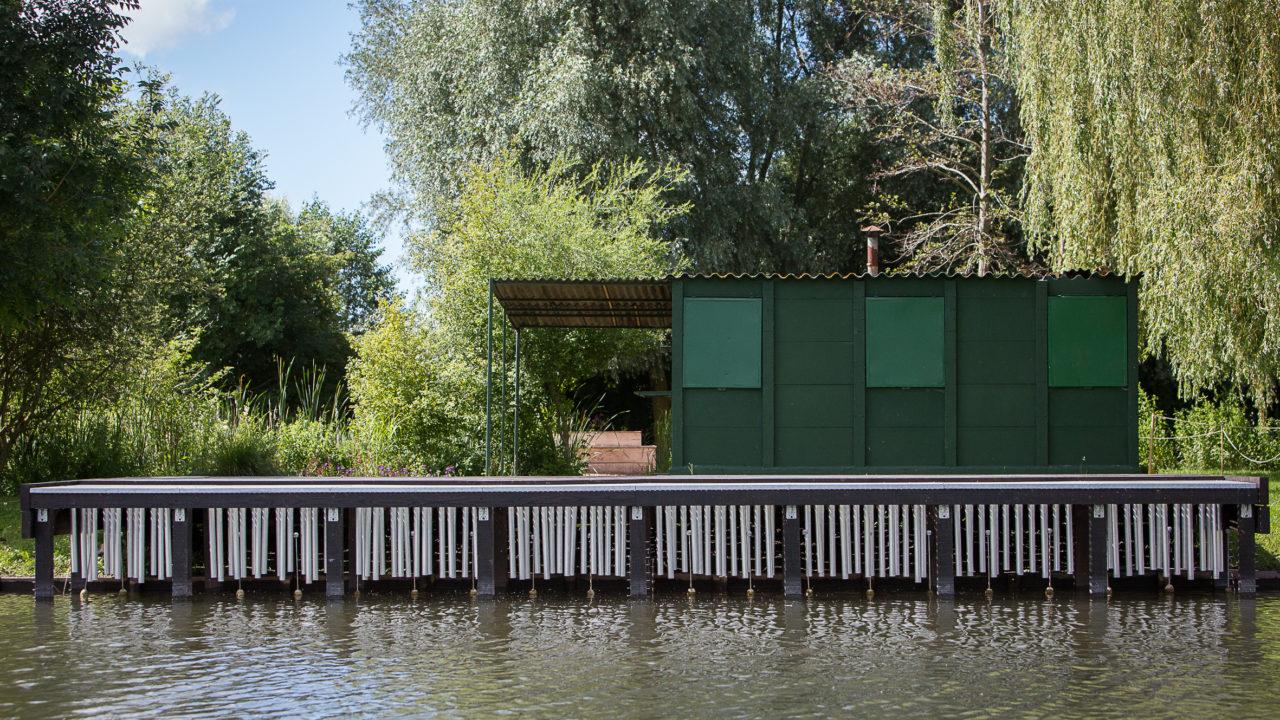 photographie d'un ponton où est accroché en dessous des carillons
