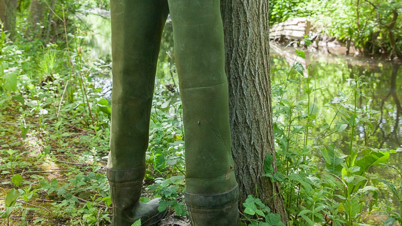 photographie de bottes de pêcheurs géantes, collées à un arbre