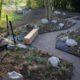 photographie d'un jardin avec un chemin anguleux, autour des parterres de plantes et de rochers blancs
