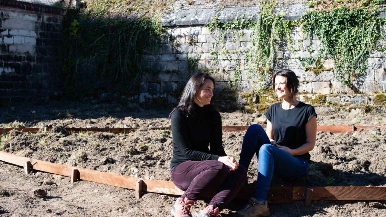 photographie des deux paysagiste dans le jardin en construction